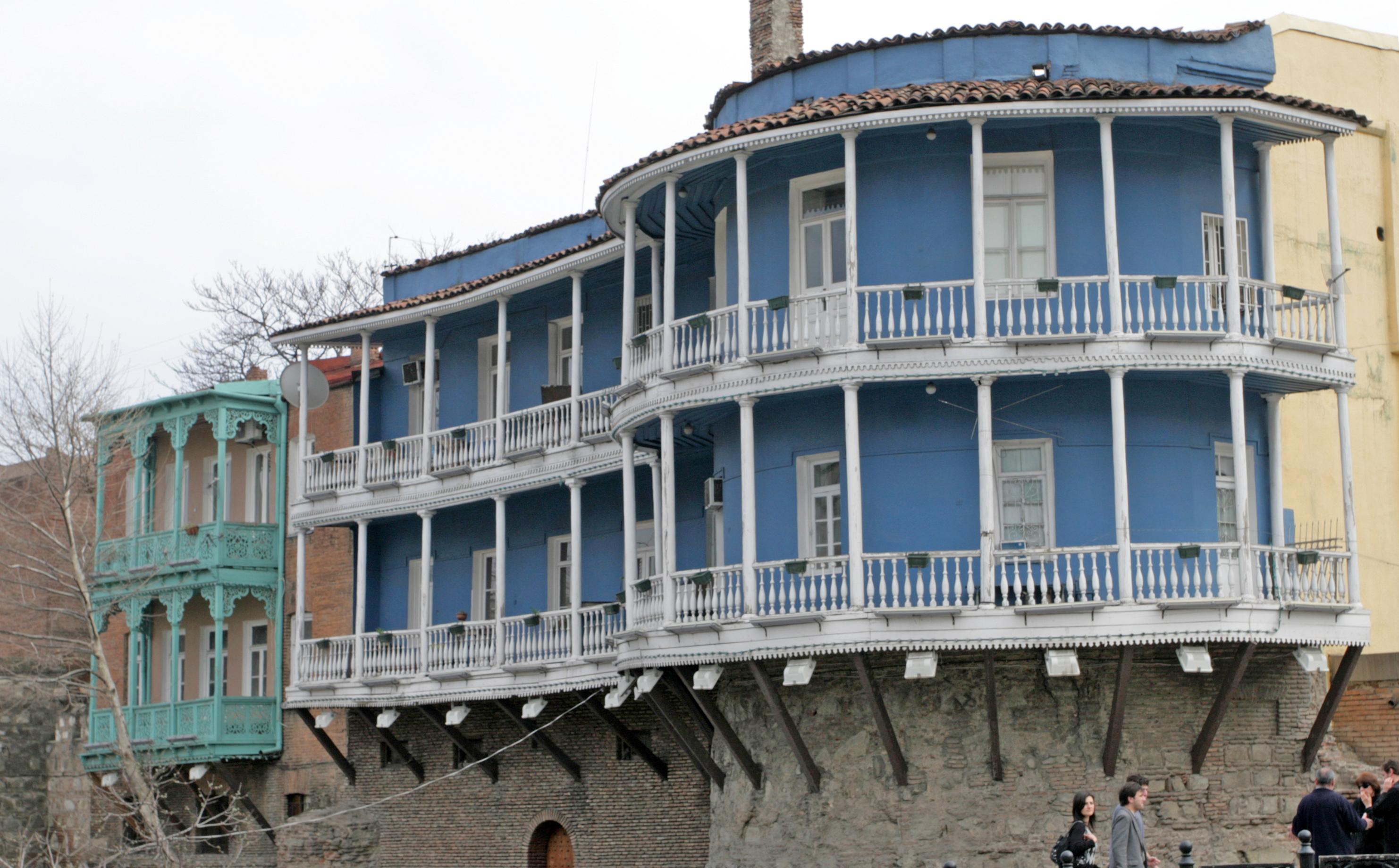 FARGER: Terassehus i pastellfarger er Tbilisis varemerke.