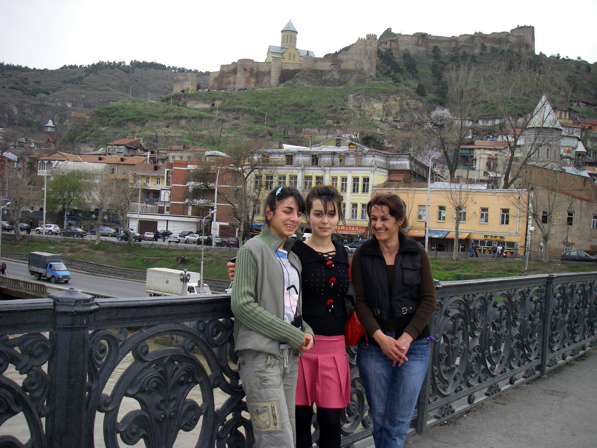 Jenter på broen foran Narikalafestningen.