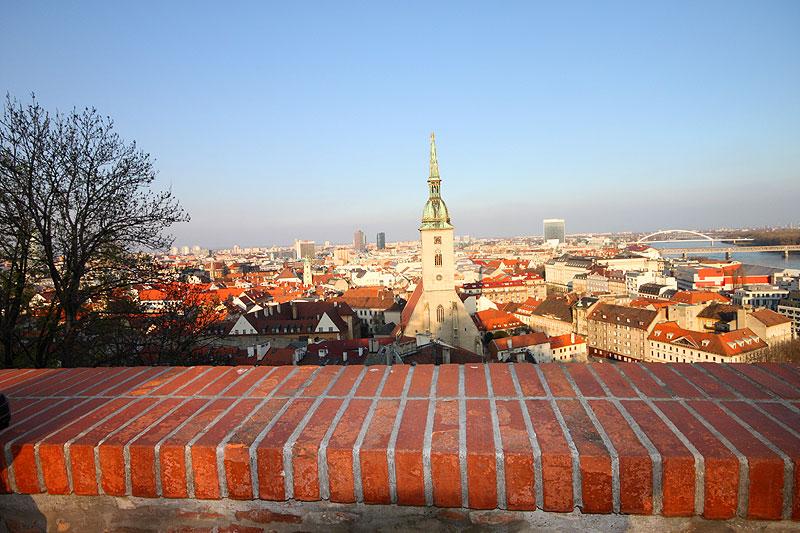 Byen sett fra slottet over Donau.