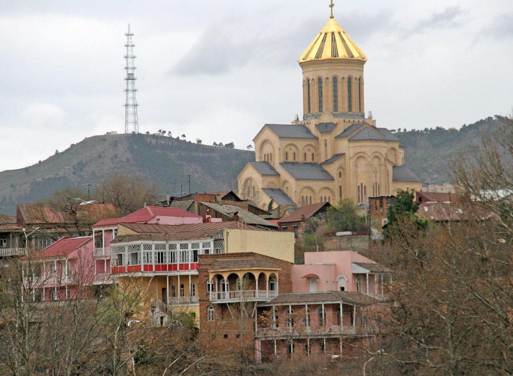 TBILISI: Mtskheta-høyden med kirken og terassehus i mange farger.