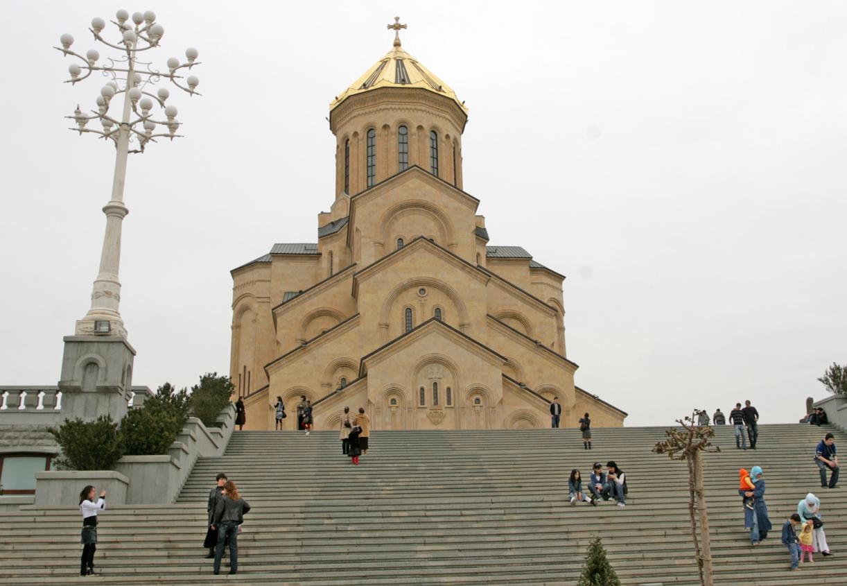 Samebakatedralen er byens store treenighetskatedral.