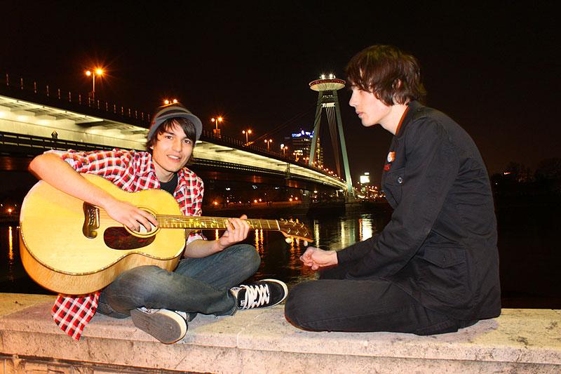 Roman og Matthiew med gitaren ved foran Novo Most i sentrum.