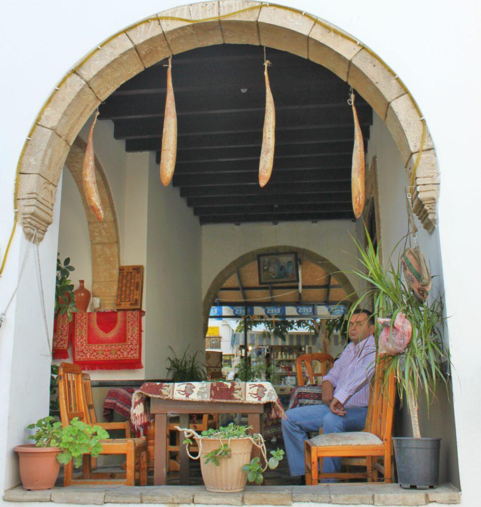 NO STRESS: I høyden over Kyrenia kan du slappe av på en av de rolige kafeene uten horder av turister rundt deg.