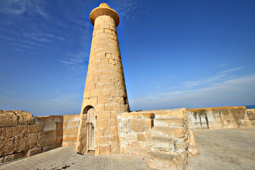 LANDEMERKE: Det gamle fyrtårnet ytterst på moloen i Kyrenia.