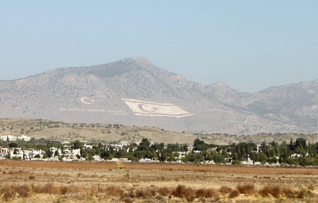 NORD: Det nordkypriotiske flagget minner om det tyrkiske, men med hvit bakgrunn.