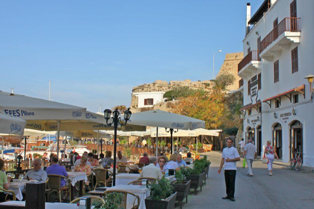 FORTAUSLIV: Fiskerestauranter langs Kyrenias innerste havneområde.