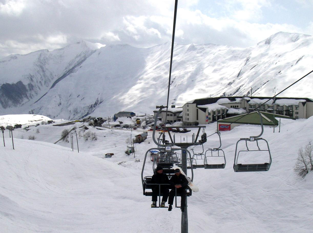Skiheiseni Gaudari, Georgia, starter rett utenfor hotellet, som sees nederst i vldet.