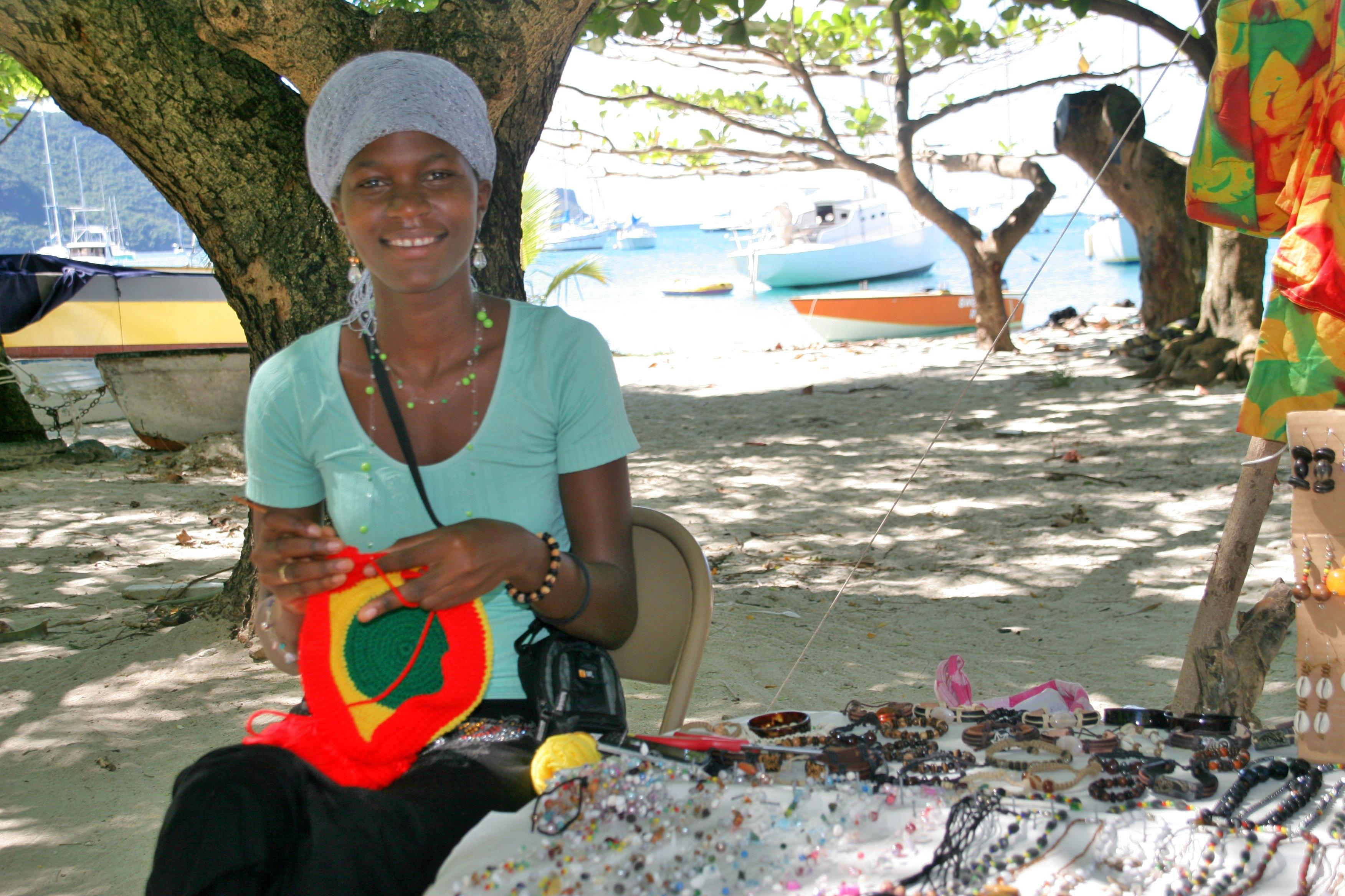 LUER: Molissa på Bequia strikker rastaluer til turistene.