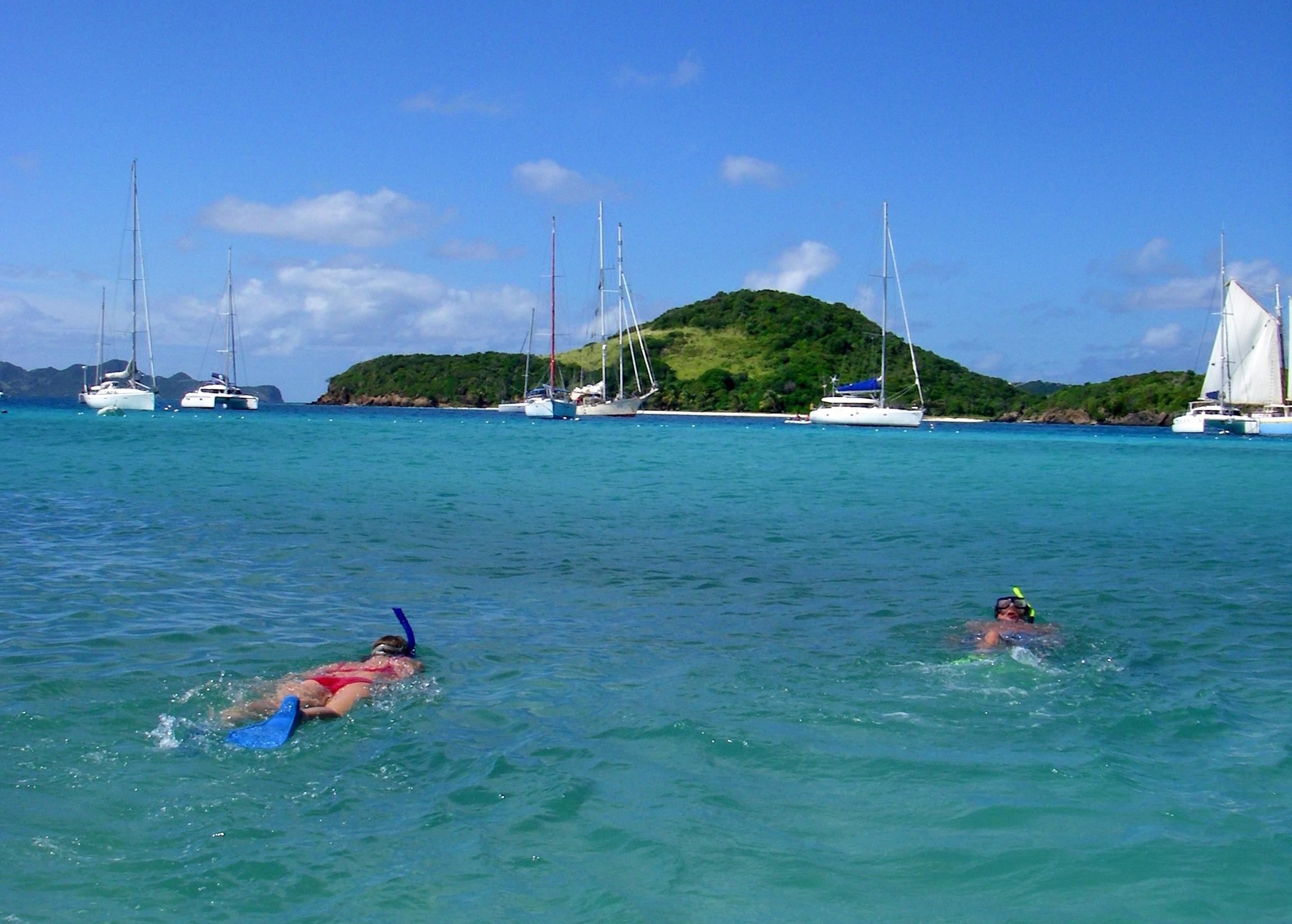 TOBACO CAYS: Den blå lagunen i landet St. Vincent og Grenadiene på tur fra Grenada.