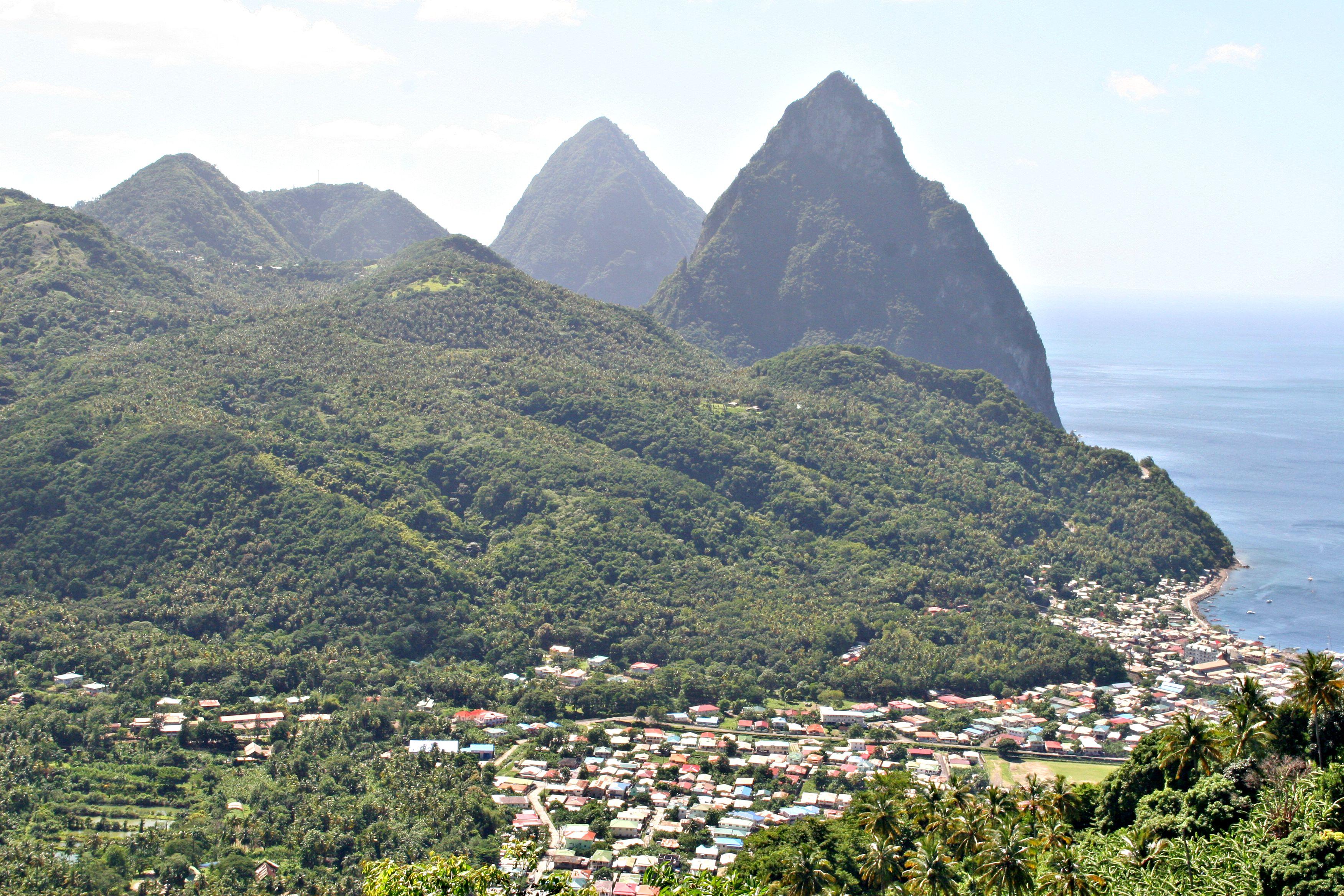 LANDEMERKE: De to tvillingtoppene «Les deux pitons» er muligens Karibias mest karakteristiske topper.
