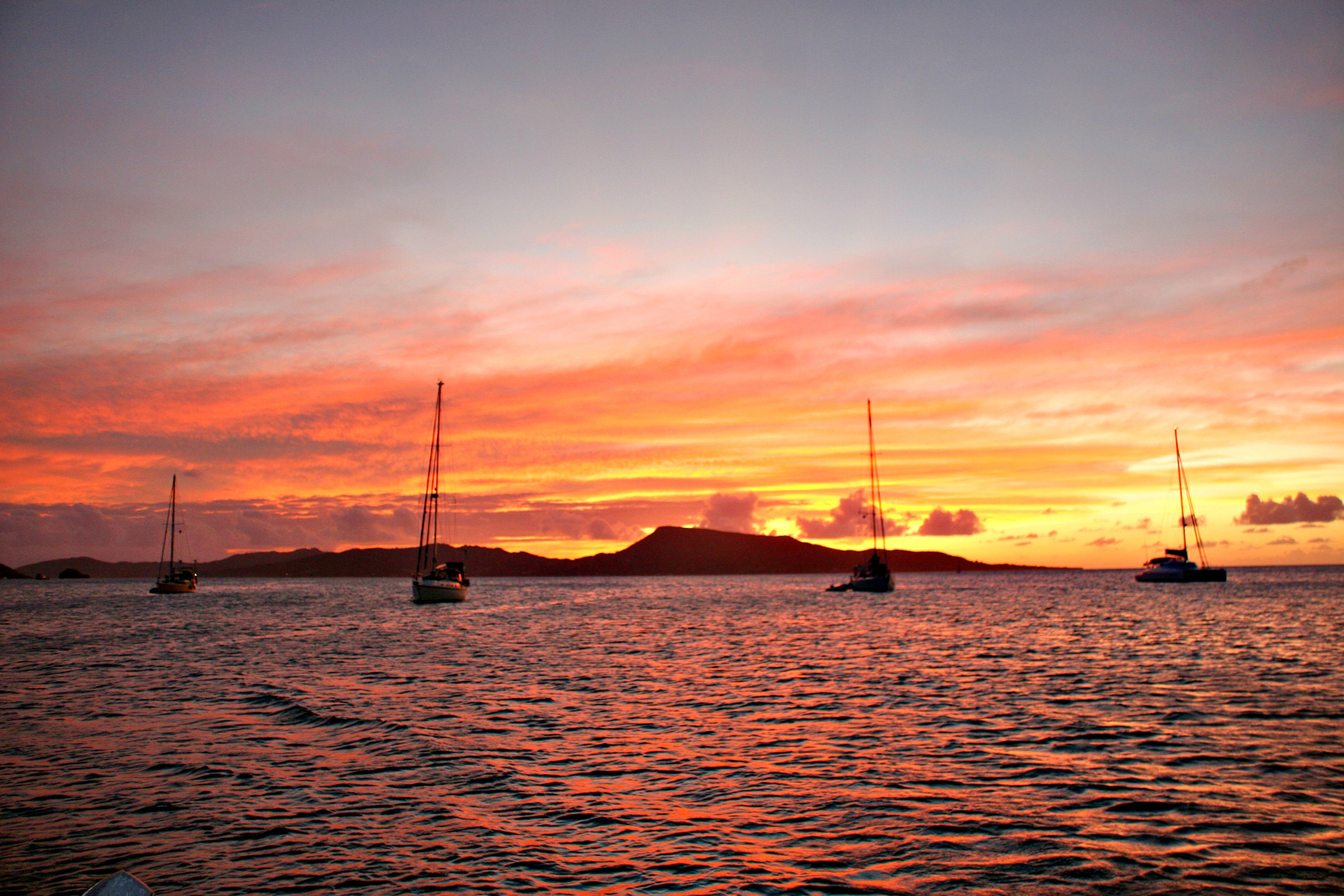 «RED IN THE NIGHT...is the sailors´delight..» heter det.. Herfra midt mellom Grenadinene og Grenada.