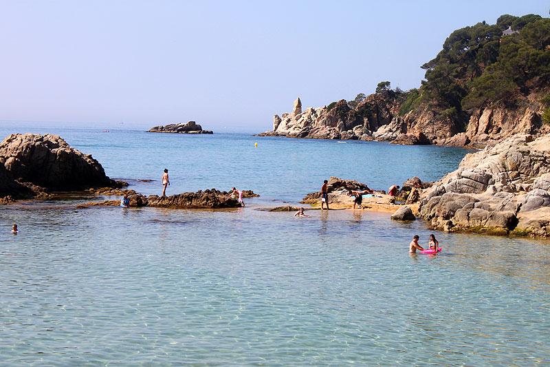 KLIPPESTRENDER: Langs Costa Brava finner du små badeviker som dette.