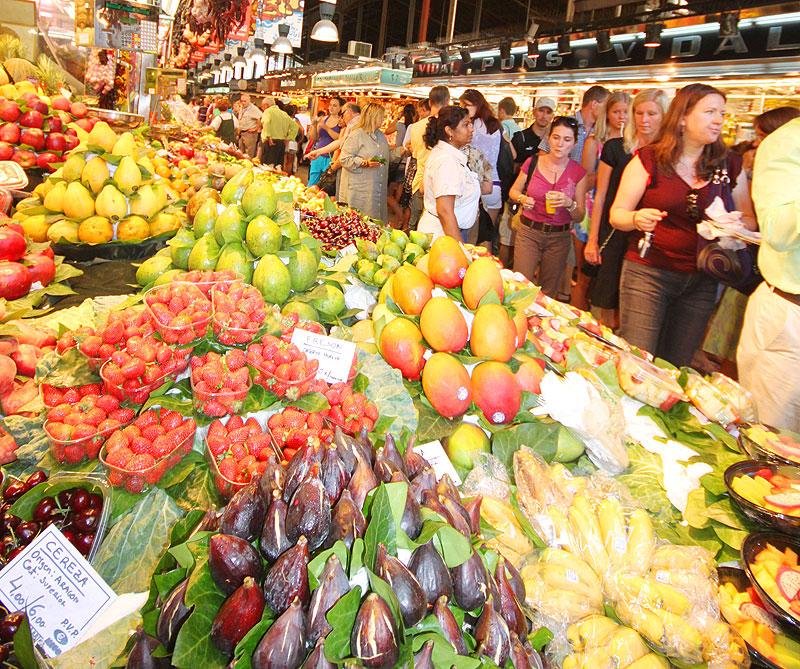 MARKEDBYEN: Fruktmarkedene er mange og av god kvalitet i Barcelona.Her fra La Boqueria.