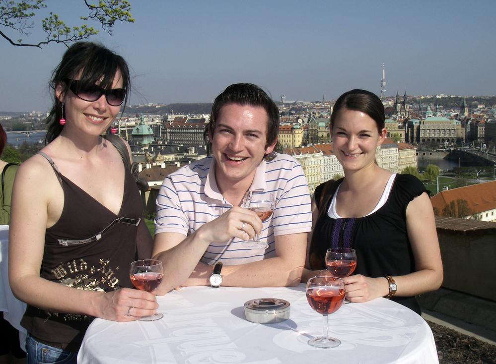 PRAHA: Vinsmaking på slottet over byen er en poulær vårsport for både lokale og tilreisende.