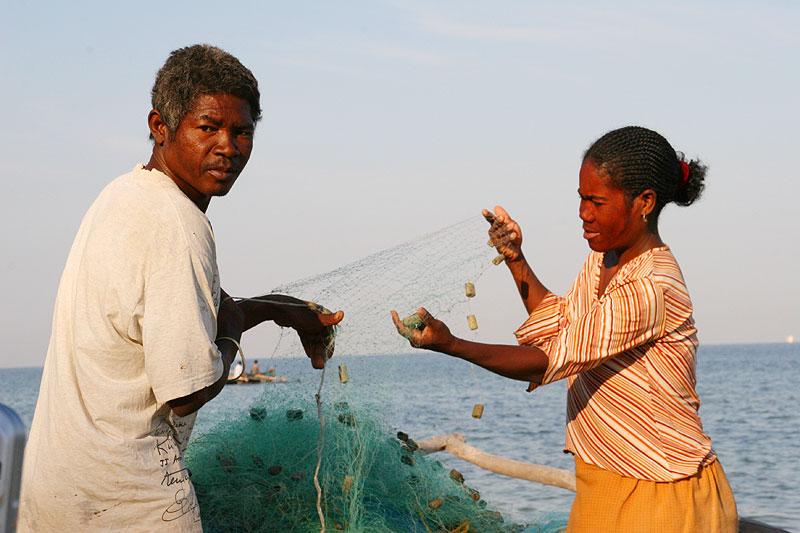 Et vezopar klargjør kano og garn for dagens fiske.