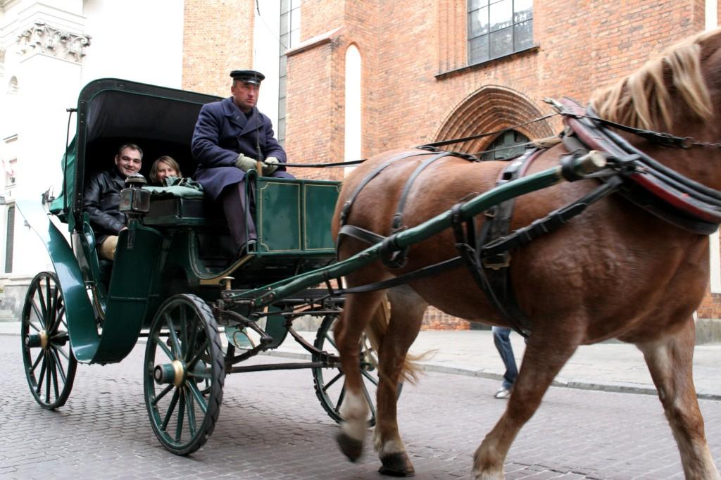 Å oppleve Warzsawas brolagte gater fra hest og vogn anbefales.