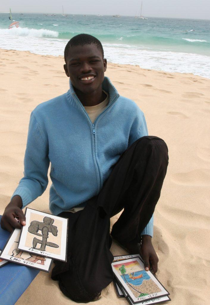 Bilder laget av sand er populære suvernirer. Her er det en fyr ved kallenavn Picasso som overbeviser oss.