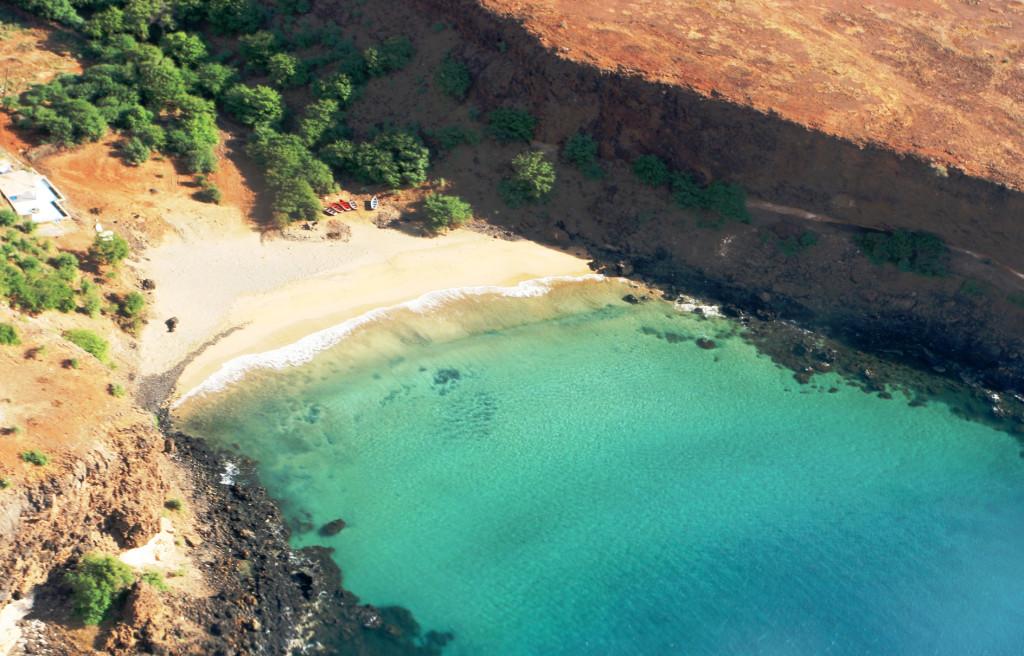 Santiago har ikke de kilometer lange strendene som Sal, men flere skjermede bukter.