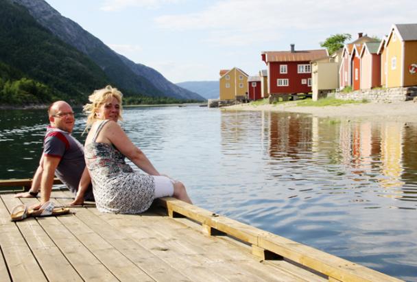 Marcel og Marion fra Nederland nyter stillheten og idyllen fra gjestebryggen på Fru Haugans hotell.