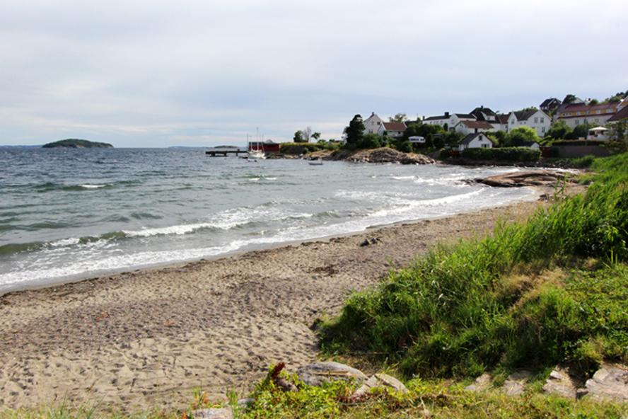 Apoterkstranda ytterst på Hurumlandet, der fjord møter hav.