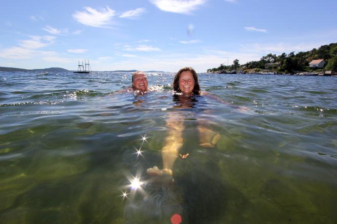 Merete Viksås og camoing-barndomsvenninenn Kristin nyter 20,5 grader varm badevann 1. august.