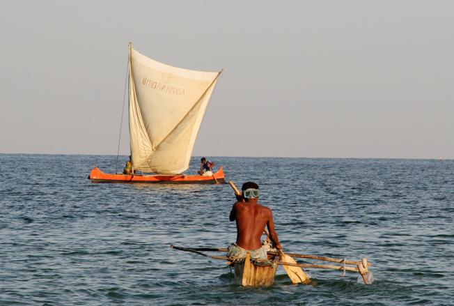 Kanoene kan både seiles og padles.