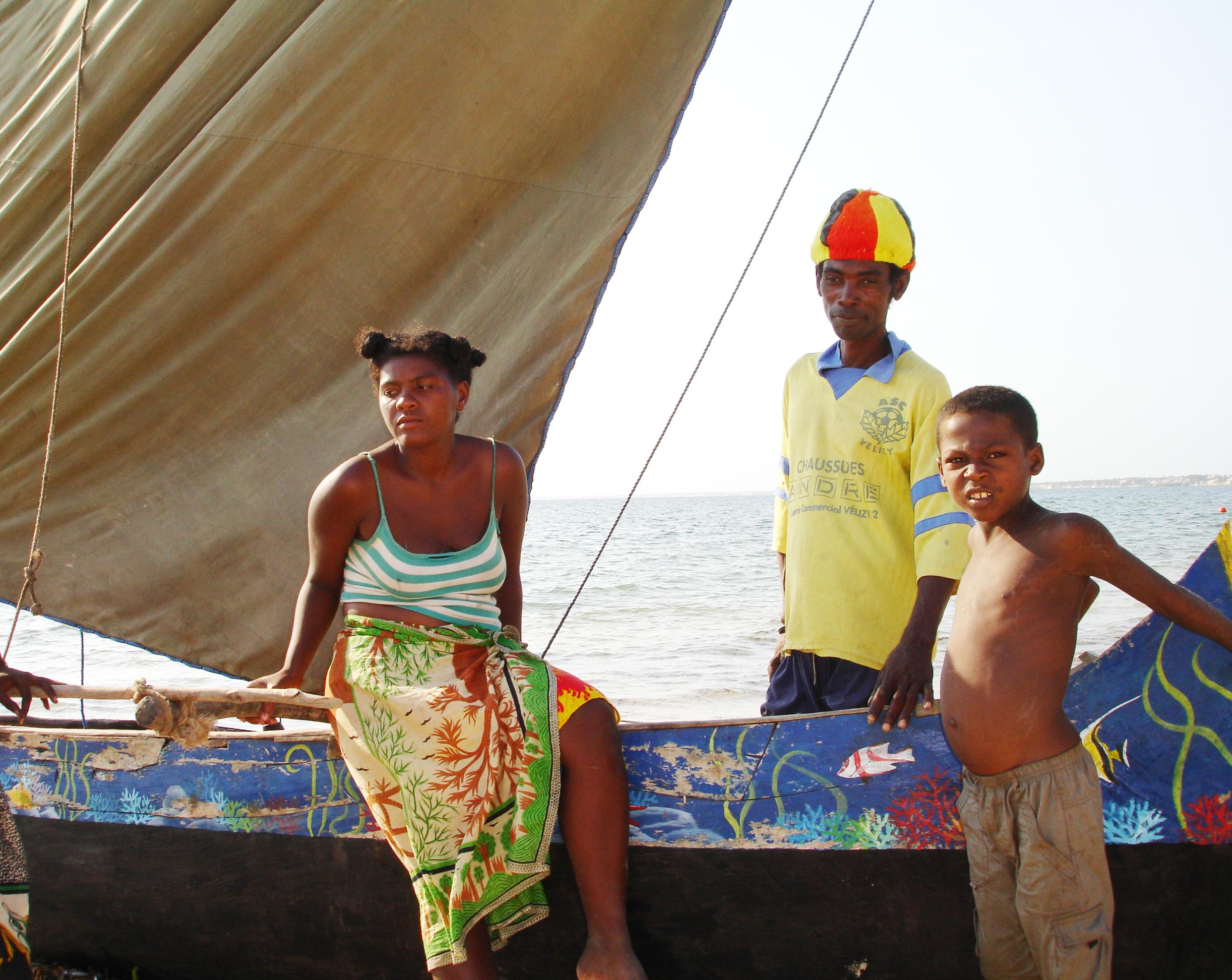 Faren til Cecilie med familien og kanoen.