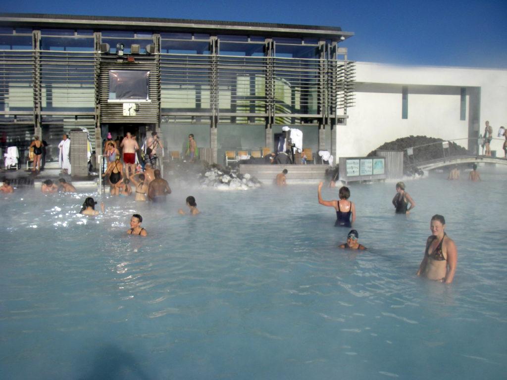 Den blå lagune ligger mellom flyplassen og Reykjavik.