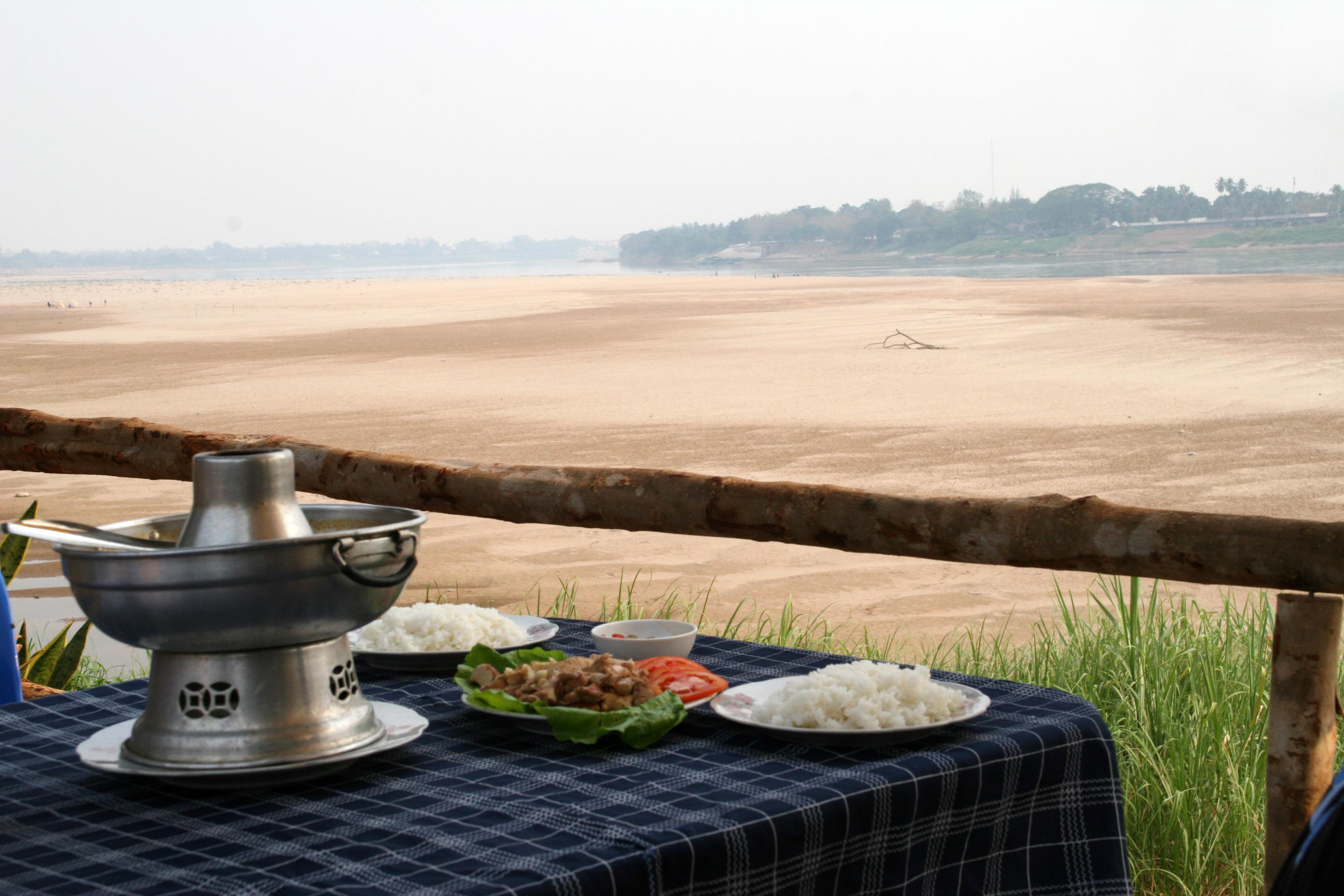 Maten er servert- med utsikt over Mekongs tørre sandbanker.