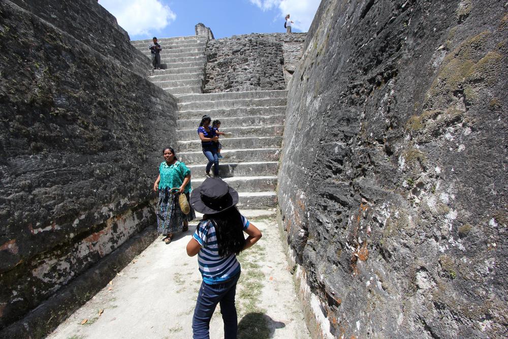 Moderne mayaer på historisk vandring.