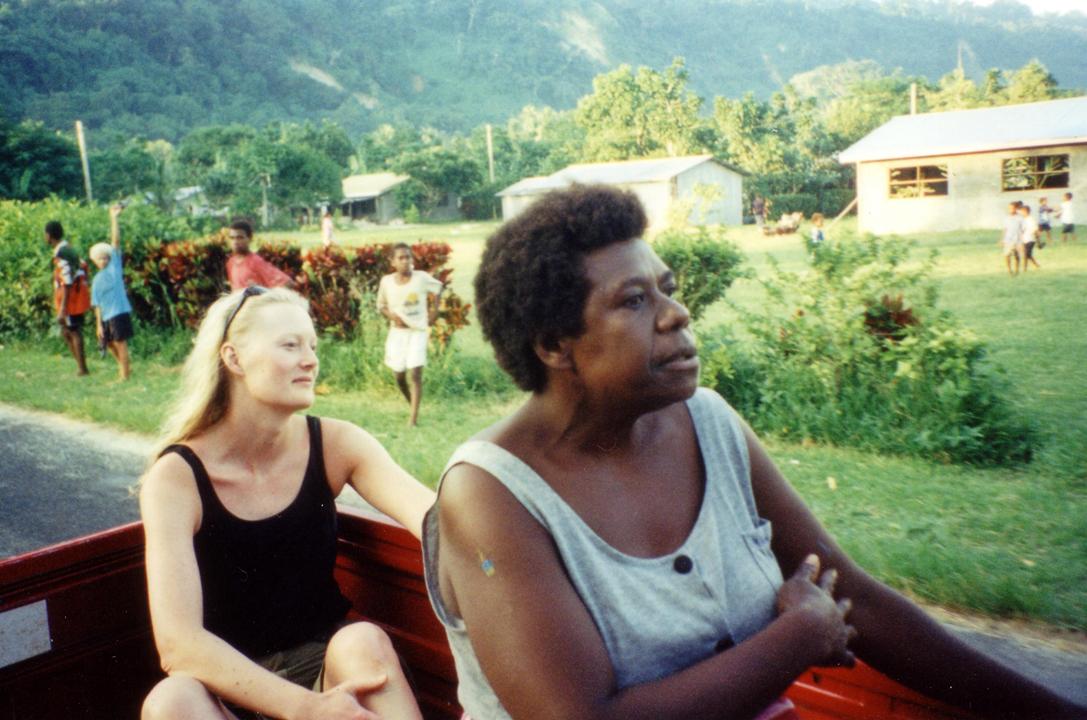 På øytur i pickup rundt Efate, med Rose (t.h) som passasjer og guide.
