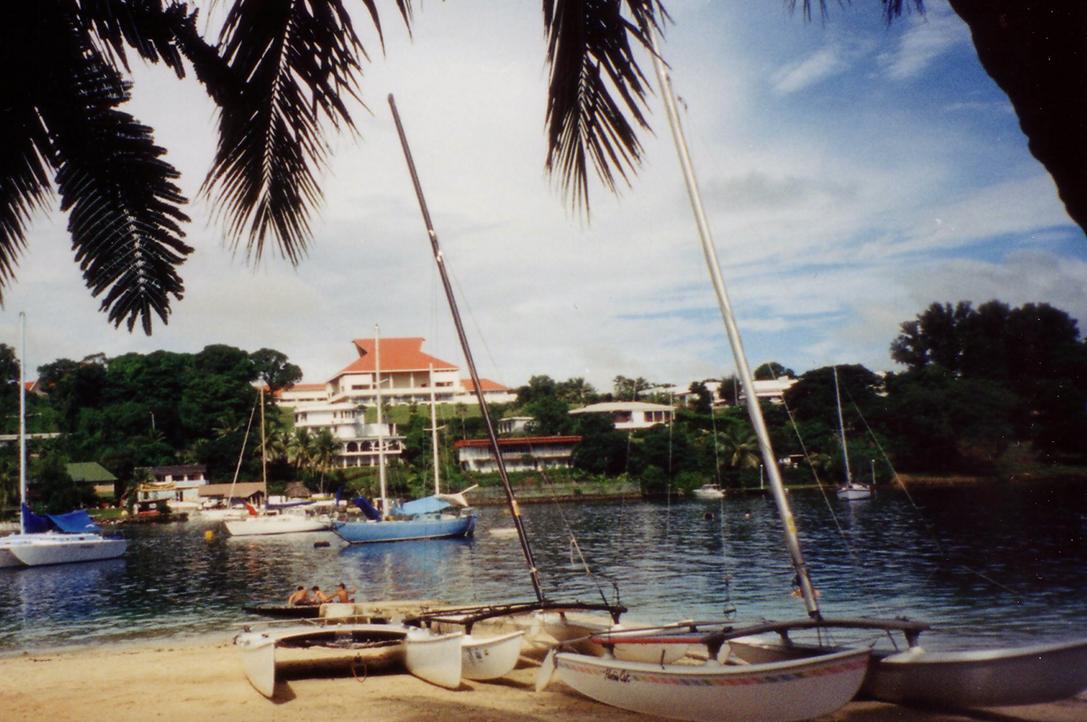Strand i Port Vila med presidentpalasset i bakgrunnen.