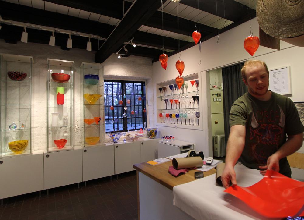 Glasshytta er både galleri og verksted.