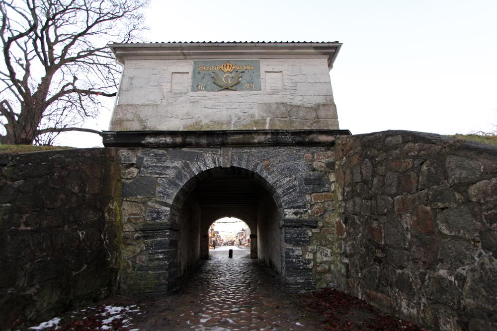 Den gamle byporten, datert 1695.