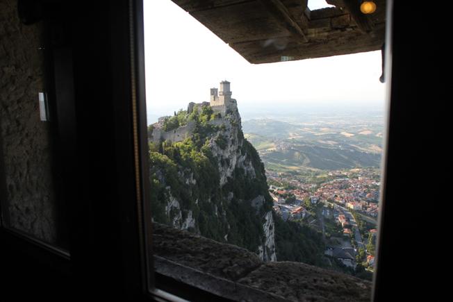 Ustikten fra Monte 749 m.o.h., Titano er imponerende.