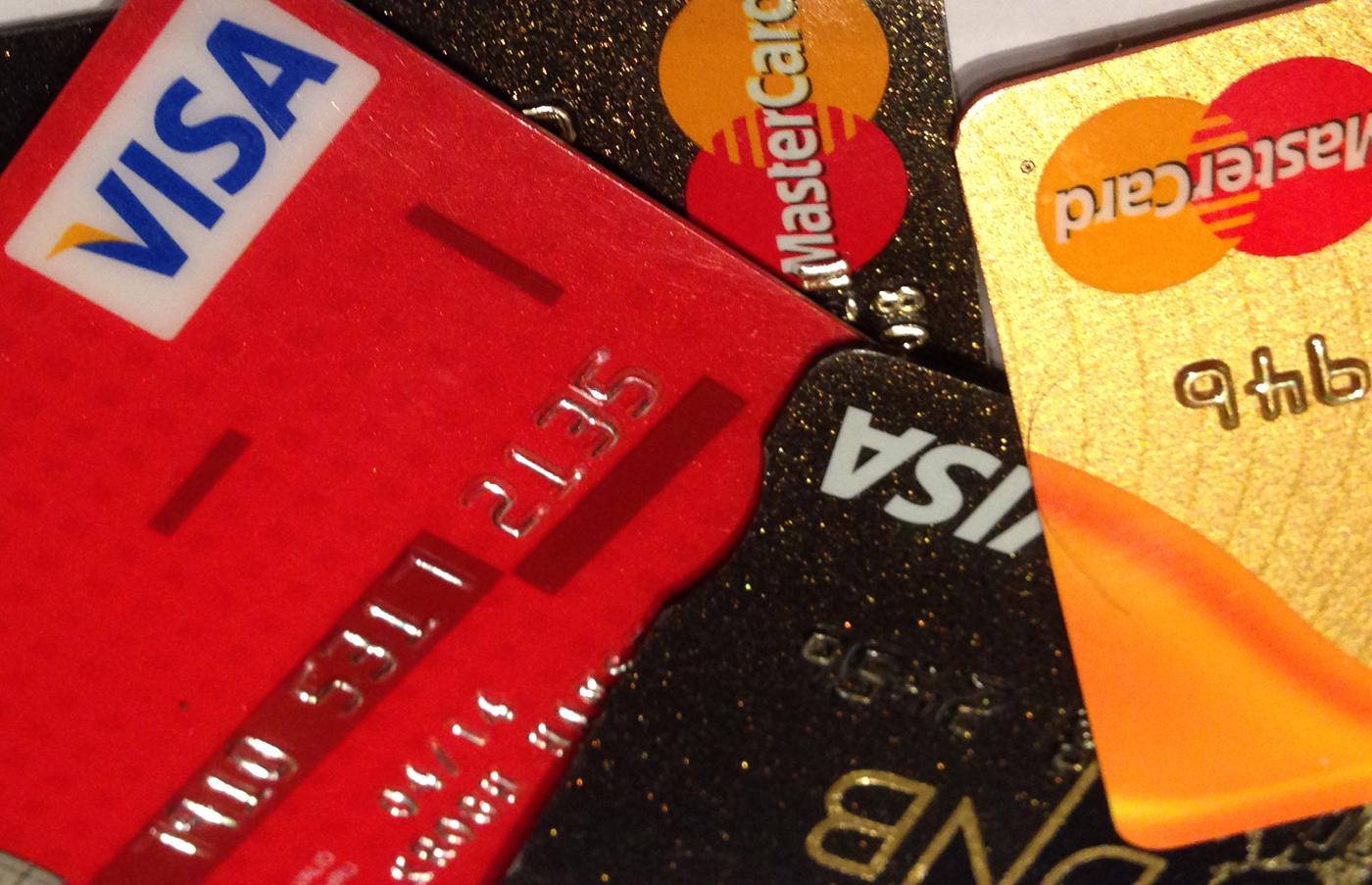 Visa og kredittkort- ta med begge og husk backup.