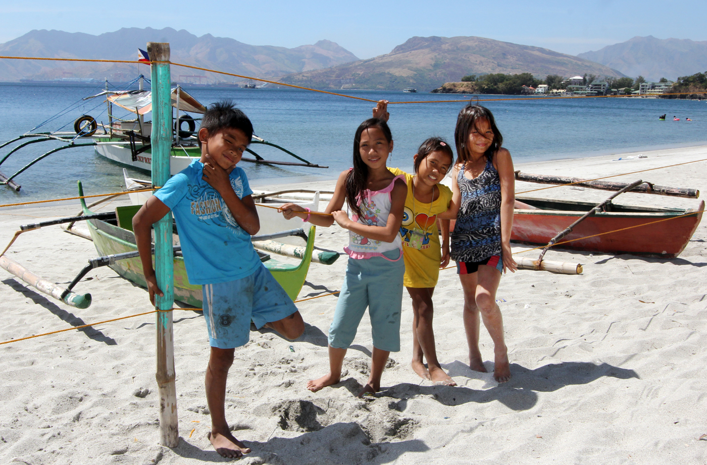 Fotoglade barn i Subic.