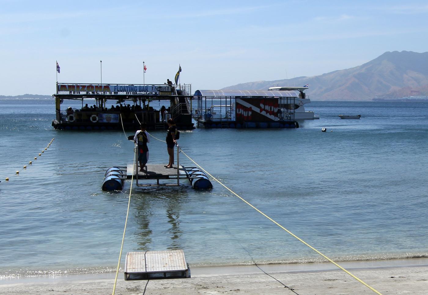 Flytende barer var det flere av i bukta, og de som ikke gidder å svømme kan ta kabelfergen.
