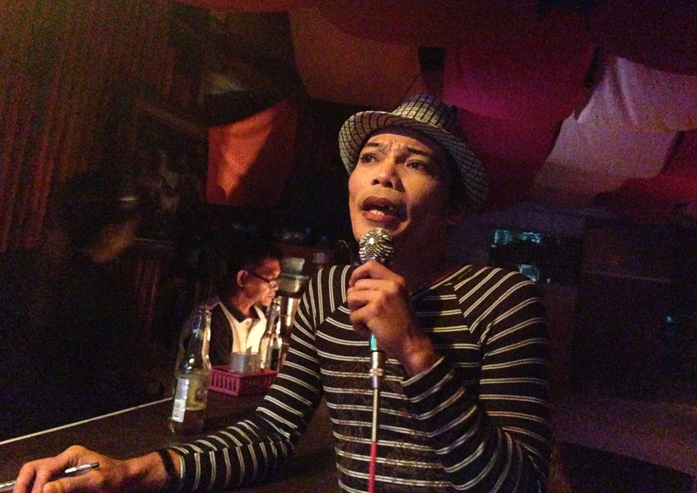 Syngende vertskap på bar i Barretto:)