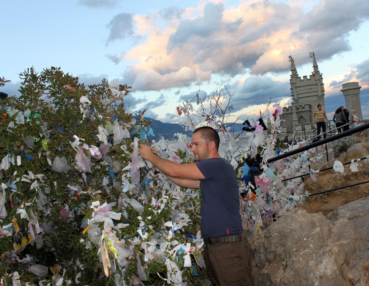 Unge ukrainere pynter buskene med tøybiter som skal gi hell i kjærlighet.