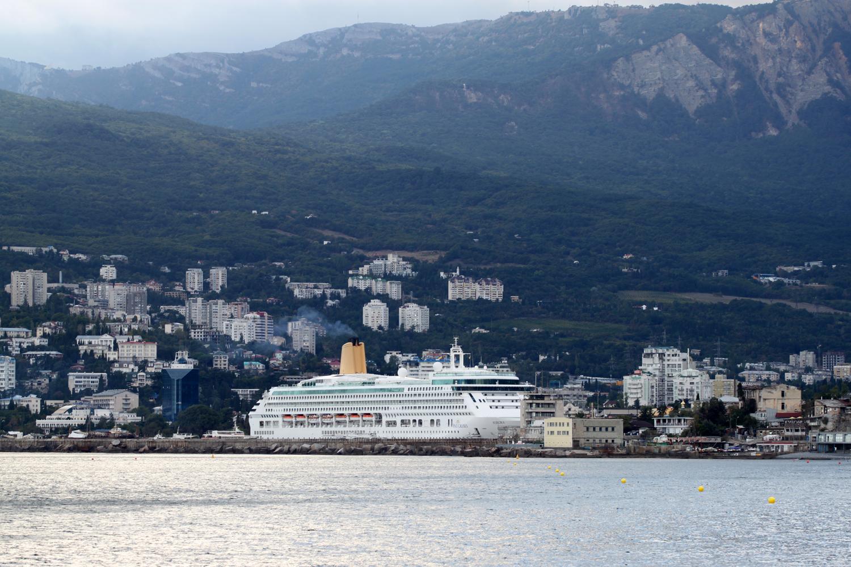 Jalta havn med cruiseskip.