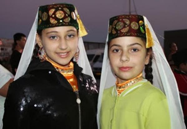 Unge tartarjenter i Jalta sentrum under musikkfestivalen.