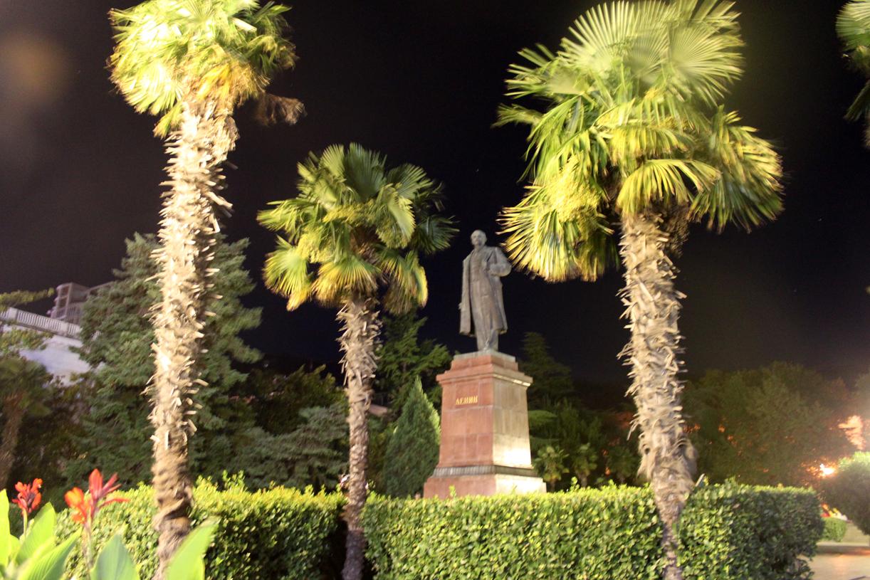 En palmeomkranset Lenin i sentrum.