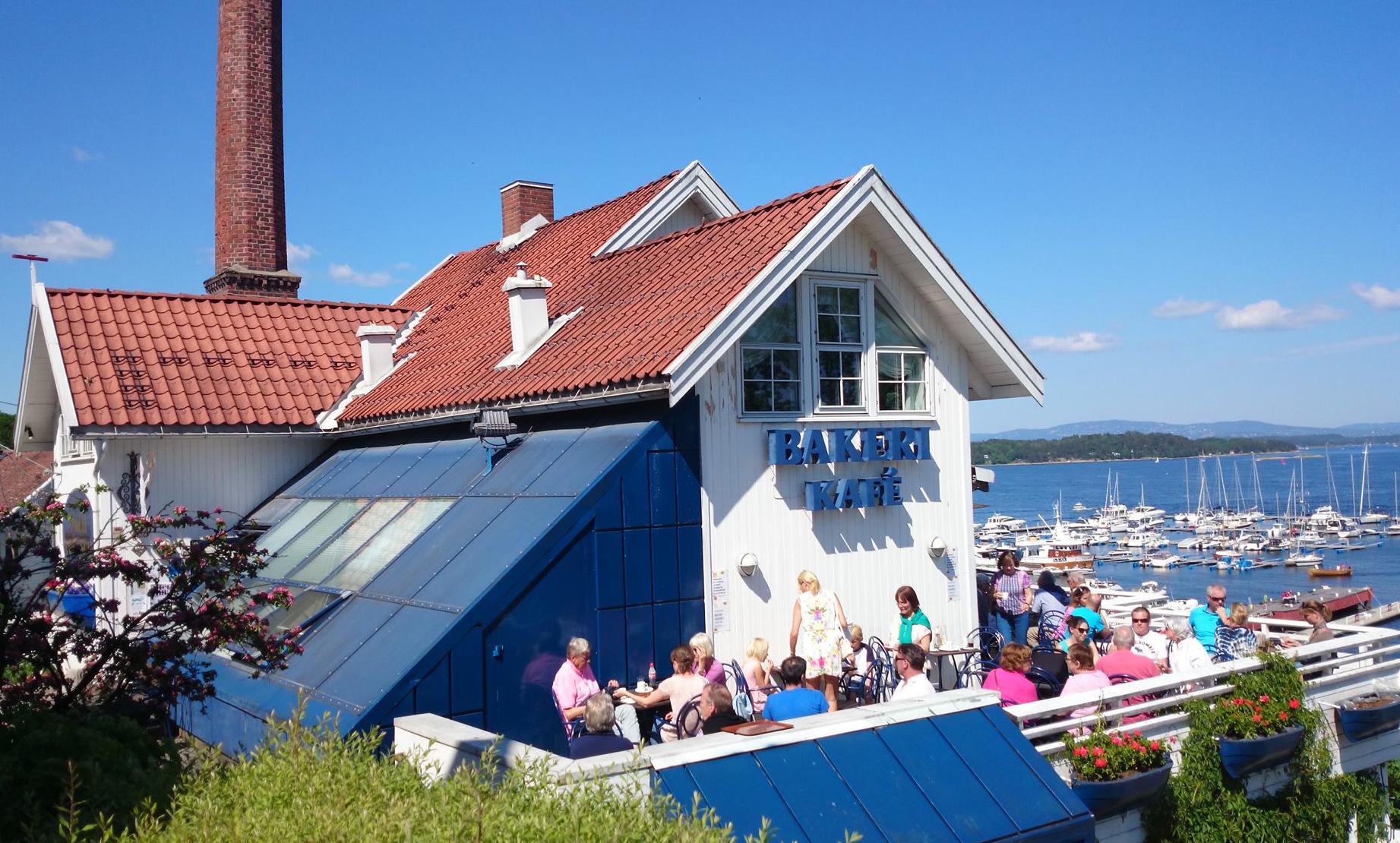 Bakeriet og kafeen har fjordens best sjøutsikt .