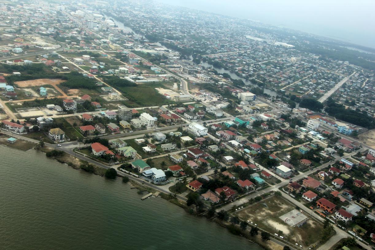 Belize City fra luften, tatt fra Maya Airlines på vei til Placenica.