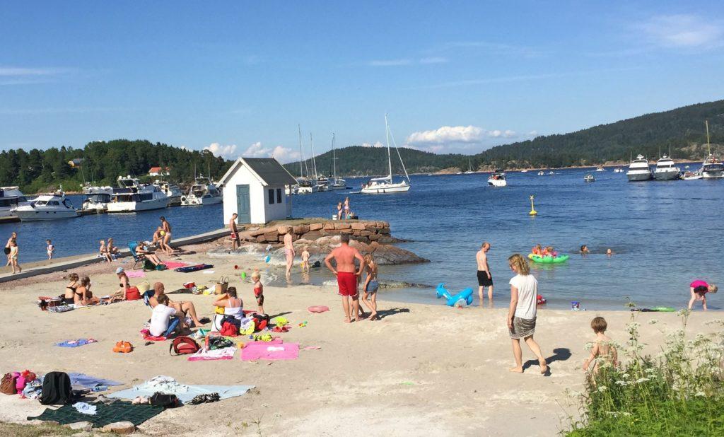 Kommunesentere Sætre har en flott gjestehavn med restaurant og egen strand.