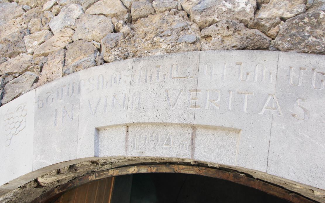 """""""Sannheten er i vinen"""" står det skrevet i muren over vinkjelleren."""