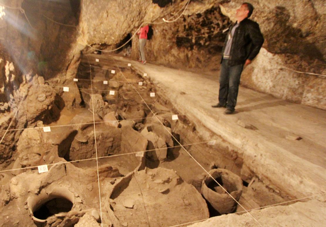 Vi fikk bli med inn i Fuglegrotten og se de 6100 år gamle funnene.