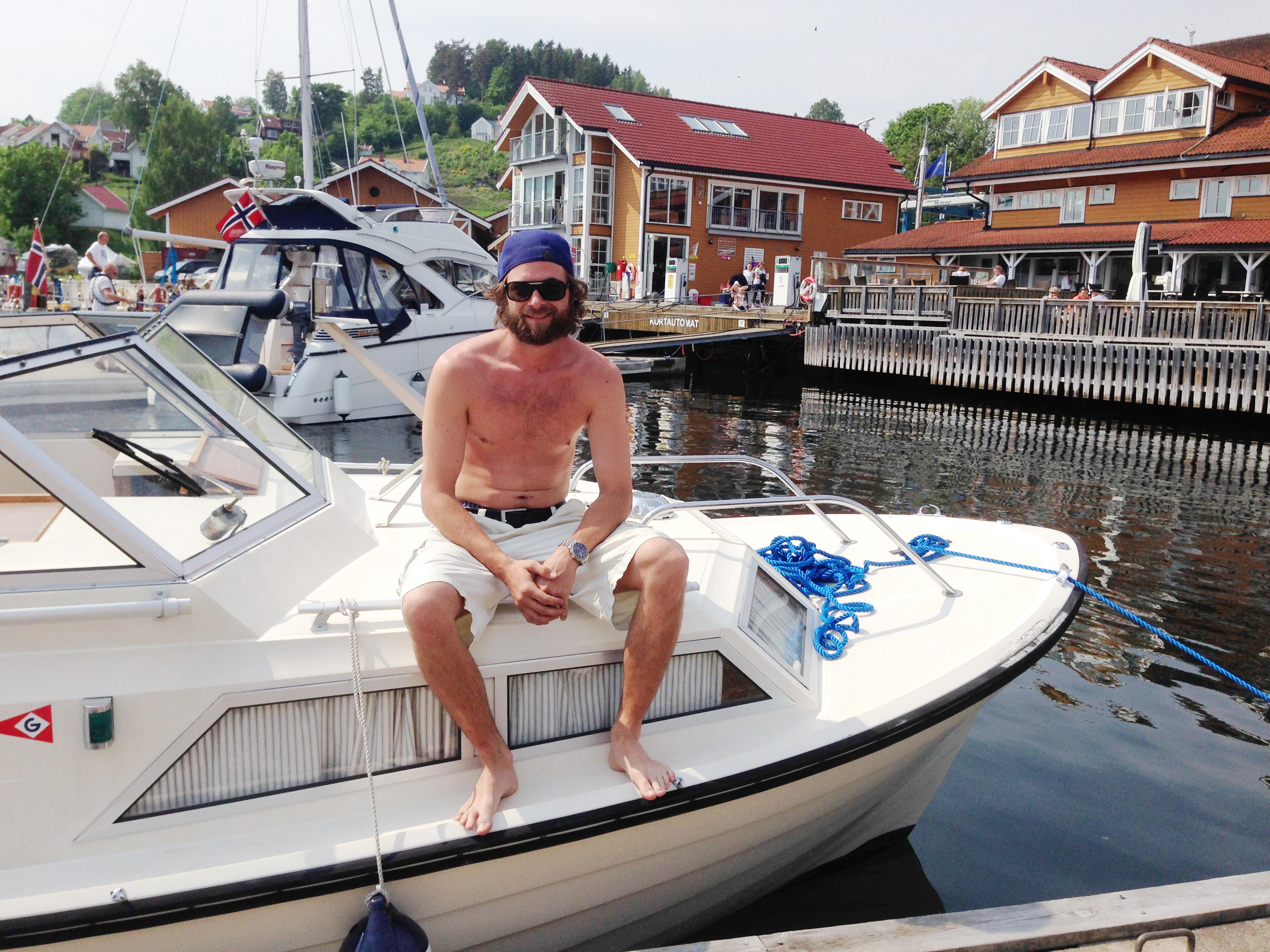 Båtgjest Tomas Johannessen i Marex 24 foran marinaen.