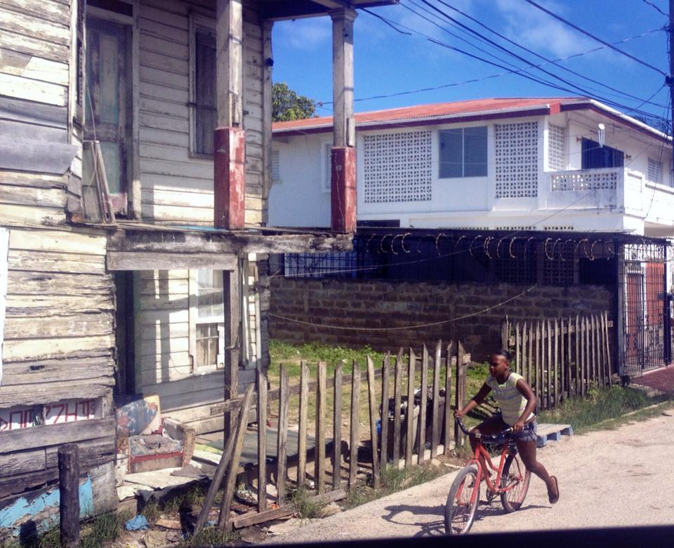 Sentrum består i stor grad av enkle trehus i Belize city.